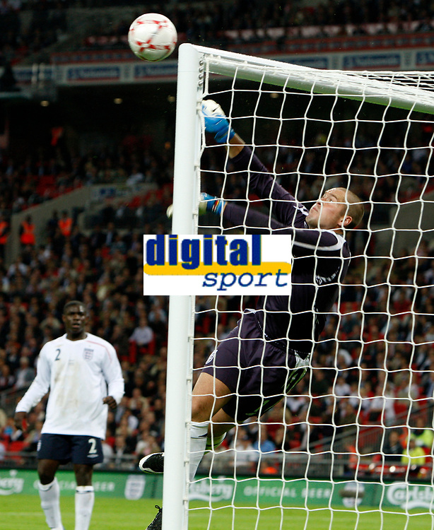 Photo: Richard Lane/Sportsbeat Images.<br />England v Germany. International Friendly. 22/08/2007. <br />England's Paul Robinson punches the ball over the bar.