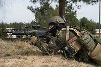 """03 APR 2012, LEHNIN/GERMANY:<br /> Kampfschwimmer der Bundeswehr trainieren """"an Land"""" infanteristische Kampf, hier Haeuserkampf- und Geiselbefreiungsszenarien auf einem Truppenuebungsplatz<br /> IMAGE: 20120403-01-055<br /> KEYWORDS: Marine, Bundesmarine, Soldat, Soldaten, Armee, Streitkraefte, Spezialkraefte, Spezialkräfte, Kommandoeinsatz, Übung, Uebung, Training, Spezialisierten Einsatzkraeften Marine, Waffentaucher"""