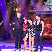 NLD/Hilversum/20130209 - Finale Sterren Dansen op het IJs 2013, Tony Wyczynski met  Alexandra Murphy en Laura Ponticorvo en Joel Geleynse wachten op de uitslag