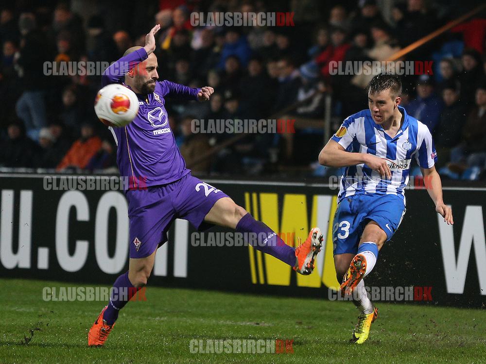 Jonas Knudsen (Esbjerg) presses af Borja Valero (Fiorentina).