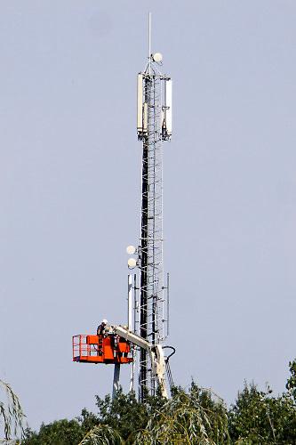 Nederland, Milsbeek, 17-5-2020  Een monteur is bezig te werken aan een zendmast voor GSM en andere mobiele telefonie.Foto: Flip Franssen/Hollandse Hoogte