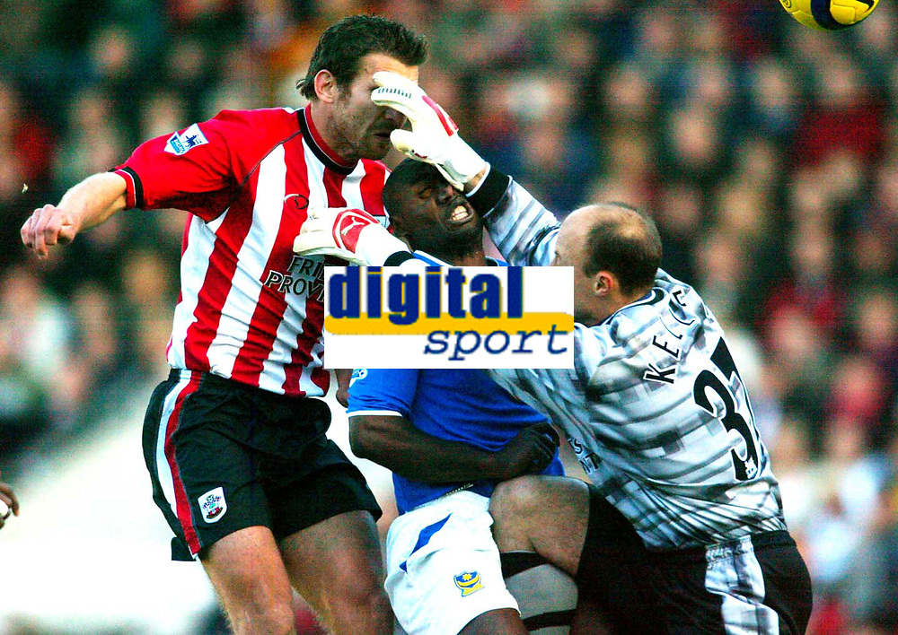 Fotball<br /> Premier League England 2004/2005<br /> Foto: BPI/Digitalsport<br /> NORWAY ONLY<br /> <br /> Southampton v Portsmouth<br /> 13/11/2004<br /> <br /> Kasey Keller of Southampton manages to catch both Andreas Jakobsson and Lomana LuaLua but misses the ball to concede the opener.