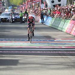 06-05-2016: Wielrennen: Giro: Apeldoorn   <br />APELDOORN (NED) wielrennen      <br />De 99e ronde van Italie is van start gegaan met een tijdrit of 9,8 kilometer door de straten van Apeldoorn. De finishlijn was getrokken op de Loolaan. Tom Dumoulin pakt het eerste roze in Apeldoorn
