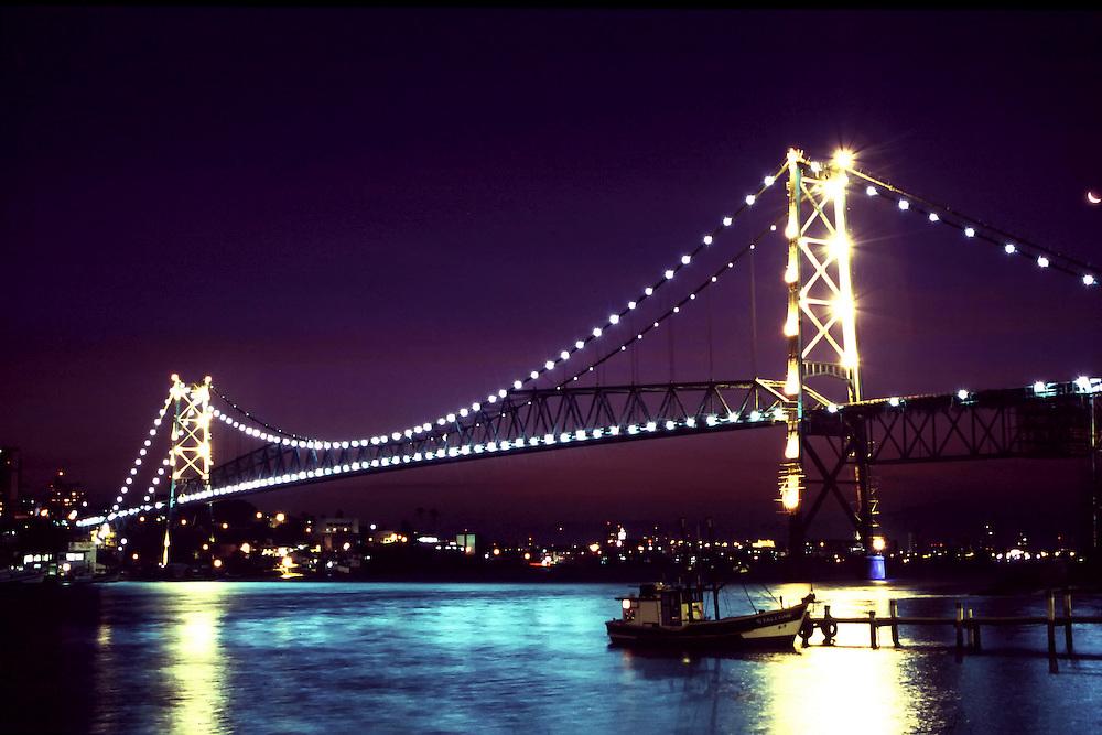 Florianopolis_SC, Brasil...Ponte Hercilio Luz uma das maiores pontes penseis do mundo, a maior do Brasil...The Hercilio Luz bridge. It is the longest suspension bridge in Brazil. ..Foto: