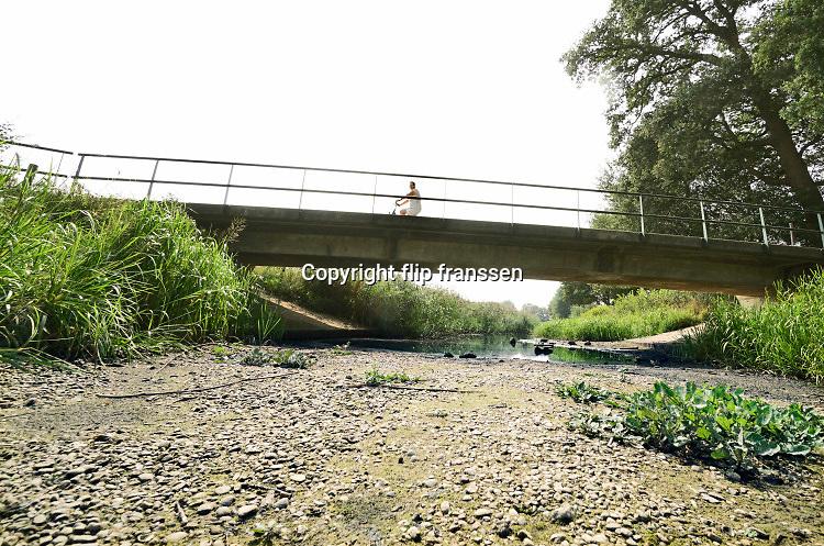 Nederland, the netherlands, Bredevoort, 28-8-2019De Slinge die in de Achterhoek stroomt is drooggevallen vanwege de aanhoudende droogte . Bij een stuwtje en een brug staat het beekje droog . Waterschap Rijn en IJSsel .Foto: Flip Franssen