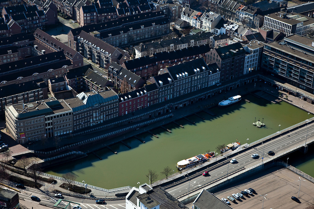 Nederland, Limburg, Maastricht, 07-03-2010; bassin van de Maas (nu jachthaven) met Maasboulevard.luchtfoto (toeslag), aerial photo (additional fee required);.foto/photo Siebe Swart