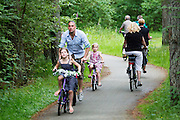 In de bossen bij Soest rijdt een man met zijn dochters op de fiets.<br />