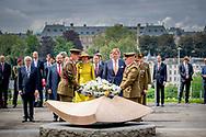 LUXEMBURG - Koning Willem-Alexander en koningin Maxima tijdens een kranslegging bij het oorlogsmonument Monument de la Solidarite Nationale. Het koningspaar is voor een driedaags staatsbezoek in Luxemburg. ANP ROYAL IMAGES ROBIN UTRECHT