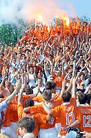BLOEMENDAAL 20000506. De hockeyspelers van Bloemendaal bedanken hun supporters nadat zij zaterdag het kampioenschap hebben behaald. ANP Foto - Hans Steinmeier