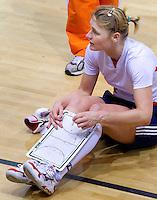 ALMERE - Training Nederlands Zaalhockeyteam dames  voor WK in Polen. Aanvoerder Marieke Dijkstra geeft uitleg.  ANP COPYRIGHT KOEN SUYK