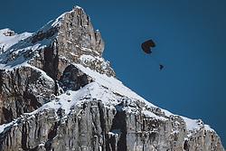 THEMENBILD - ein Paragleiter in den Bergen der Schweizer Alpen, aufgenommen am 18. Dezemeber 2020 in Engelberg, Schweiz // a paraglider in the mountains of the Swiss Alps in Engelberg, Switzerland on 2020/12/18. EXPA Pictures © 2020, PhotoCredit: EXPA/ JFK