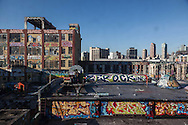 New York city, Queens,  long island city , Manhattan skyline .  Aerosol art and artists in Five points  , art graffiti on the walls of a commercial building, Phun factory / Five points lieu stategiques pour les artistes des rues
