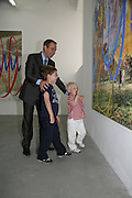 Jeff Koons, with sons Sean and Kurt. ( blonde)  Jeff Koons: Hulk Elvis. private view. Gagosian Gallery. 18 1une 2007.  -DO NOT ARCHIVE-© Copyright Photograph by Dafydd Jones. 248 Clapham Rd. London SW9 0PZ. Tel 0207 820 0771. www.dafjones.com.