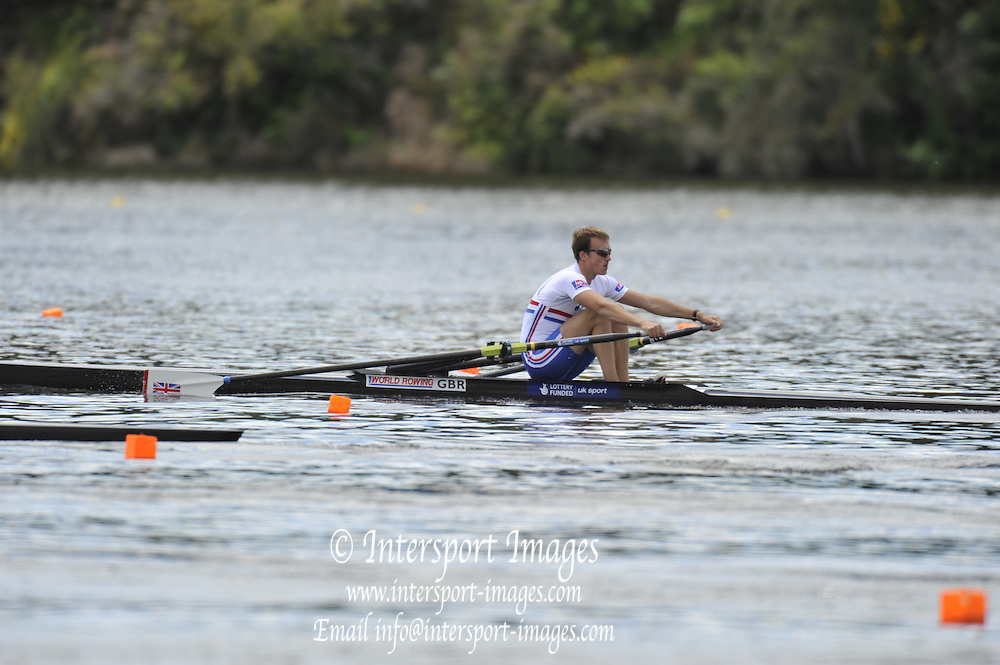 Hamilton, NEW ZEALAND. GBR LM1X, Peter CHAMBERS, moves away from the start at the 2010 World Rowing Championship on Lake Karapiro Monday  01/11/2010. [Mandatory Credit Peter Spurrier:Intersport Images].