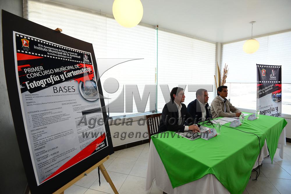 Toluca, México (Abril 28, 2016).- Diego Pons Ballesteros, Director del Instituto Municipal de la Juventud de Toluca en conferencia de prensa anuncio el Primer Concurso Municipal de Fotografía y Cortometraje.  Agencia MVT / Crisanta Espinosa.