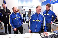12 JAN 2004, BERLIN/GERMANY:<br /> Martin Schulz (L), SPD Spitzenkandidat, und Olaf Scholz (R), SPD Generalsekretaer, im sportlichen Dress der SPD Wahlkampfhelfer, waehrend einer Besichtigung  der SPD Europa Kampa, Wahlkampfzentrale fuer die Wahl des Europaeischen Parlamentes, anlaesslich der Eroeffnung des Wahlkampfes, Willy-Brandt-Haus<br /> IMAGE: 20040112-02-044<br /> KEYWORDS: Eröffnung, Eroeffnung