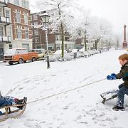 Nederland Rotterdam 21 december 2007 ..Kinderen spelen in de sneeuw op slee op het Noordereiland. ..Foto David Rozing