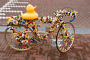 In Amsterdam staat voor een winkel als promotie een fiets met allerlei badeendjes op het frame. <br /> <br /> In Amsterdam a bike with all kinds of rubber ducks on the frame is used as store promotion.