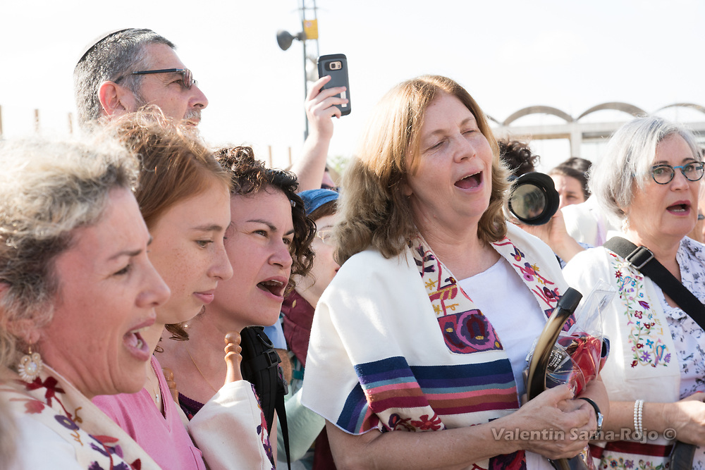 Jerusalem, Israel. 23rd August, 2017. Riki Shapira-Rosenberg (L) , Anat Hoffman (C), Lesley Sachs (R) singing at the Western Wall Plaza with other women after the prayer of the Women of the Wall for Rosh HaHodesh Elul. © Valentin Sama-Rojo
