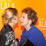 NLD/Hilversum/20151101 - Prinses Mabel aanwezig bij de Premiere He Named Me Malala, Prinses Mabel begroet Neelie Kroes