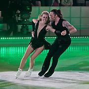 NLD/Hilversum/20110128 - Live show Sterren Dansen op het IJs2011, Vivian Reijs schaatst met partner Nick Keagan hun eerste kuhr
