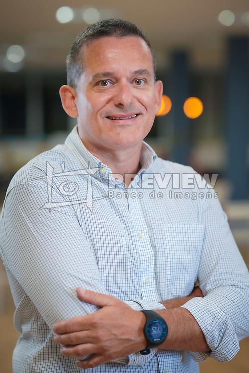 Roger Scherer Klafke é Gerente de Projetos do Serviço de Apoio às Micro e Pequenas Empresas de Porto Alegre. Roger já trabalhou em banco, em fábrica de elevadores, foi vocalista de banda punk e garçom de churrascaria na Inglaterra. É administrador de empresas, tem MBA em marketing e cursou especialização em gestão de pequenas empresas. FOTO: Jefferson Bernardes/ Agência Preview