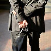 Belgie, Antwerpen, 8-10-2012Stadsgezicht, straatbeeld van deze stad in Vlaanderen. Man met Tesbih. Van origine is een Tesbih een gebedssnoer, gebruikt door moslims om bij iedere kraal die de vingers passeert de naam van Allah te reciteren. Tegenwoordig wordt dit kralensnoer ook wel gebruikt als sieraad, decoratie of, zoals in de meeste gevallen: om de handen bezig te houden. Foto: Flip Franssen/Hollandse Hoogte