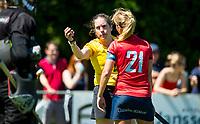 HUIZEN - Scheidsrechter Lisette Feuth met Kirsten Klop (Nijm.)  bij de eerste play off wedstrijd voor promotie naar de hoofdklasse , Huizen-Nijmegen (3-2) COPYRIGHT KOEN SUYK