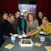 1e Repetitiedag musical Nonsens, cast aansnijden taart