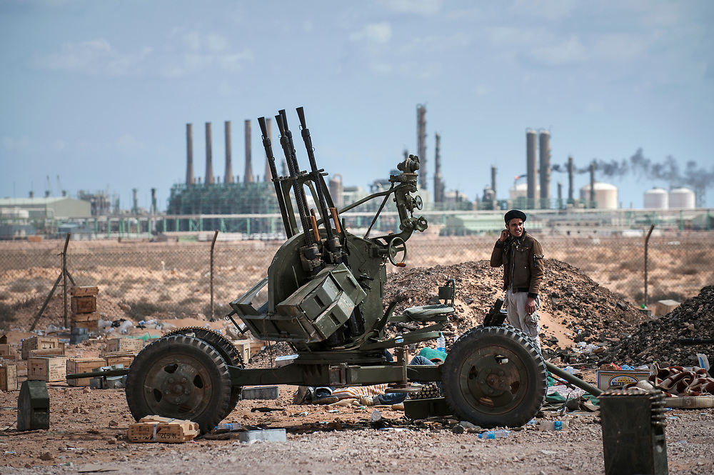 An insurgent stationed near a mobile anti-aircraft battery not far from the country's largest refinery, which will be bombed the next day by Gaddafi's air force. Ras Lanuf on March 9, 2011. Photograph Arnaud Finistre / Hans Lucas<br /> Un insurge poste pres d une batterie anti aerienne mobile non loin de la plus grande raffinerie du pays qui sera bombardee le lendemain par l aviation de Khadafi. Ras Lanuf le 9 mars 2011. Photographie Arnaud Finistre / Hans Lucas