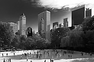 New York. central Park. Wollman Skating Rink  in the distance the skyline of central park south i/ piste de patinage dans Central park Wollman Skating Rink et les gratte-ciels, New York - Etats-unis
