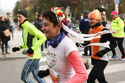 2018?10?28?.    ????????——???????????????.     10?28???????????????????.    ???????????????????????????????????????????????????????????????????6.5????????1???????????.     ?????????  ?32496539019..(SP)BELGIUM-BRUSSELS-MARATHON.A runner with flowers on her head take part in the half-marathon race in Brussels, Belgium, Oct. 28, 2018. The Brussels Marathon and Half Marathon 2018 was held on Sunday, attracting runners from all over the world. (Credit Image: © Zheng Huansong/Xinhua via ZUMA Wire)