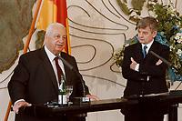 06.01.1999, Deutschland/Bonn:<br /> Ariel Sharon, Außenminister Israel, und Joschka Fischer, Bundesaußenminister, während einer Pressekonferenz anläßlich eines ersten Meinungsaustausches der Minister, Weltsaal, Auswärtiges Amt, Bonn<br /> IMAGE: 19990106-01/01-19