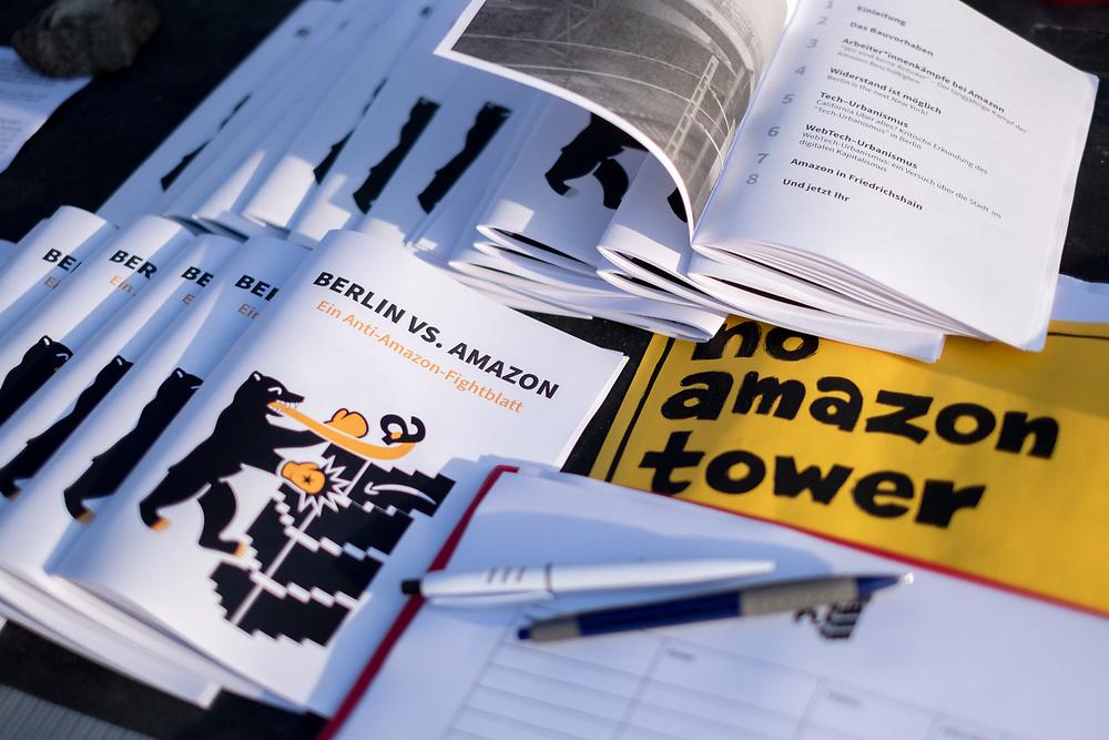 """Proteste des Bündnisses """"Berlin vs. Amazon"""" gegen den geplante Hochhaus an der Warschauer Brücke, in das Amazon mit 3400 MitarbeiterInnen einziehen will. Die Demonstranten kritisieren WebTech-Urbanismus, miserable Arbeitsbedingungen in Amazon-Lagern und Beeinträchtigungen des lokalen Kleingewerbes. Durch die Ansiedlung von Amazon fürchten sie massive Preissteigerungen auf dem lokalen Mietmarkt, wie sie sich in Metropolregionen S a n  F r a n c i s c o, O a k l a n d  und S i l i c o n   Va  l l e y beobachten ließen.<br /> <br /> [© Christian Mang - Veroeffentlichung nur gg. Honorar (zzgl. MwSt.), Urhebervermerk und Beleg. Nur für redaktionelle Nutzung - Publication only with licence fee payment, copyright notice and voucher copy. For editorial use only - No model release. No property release. Kontakt: mail@christianmang.com.]"""