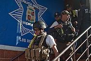 La fine della riunione con esercito e federali, Secondo da sinistra, Paco Valencia, capo dell'autodifesa de Los Reyes.