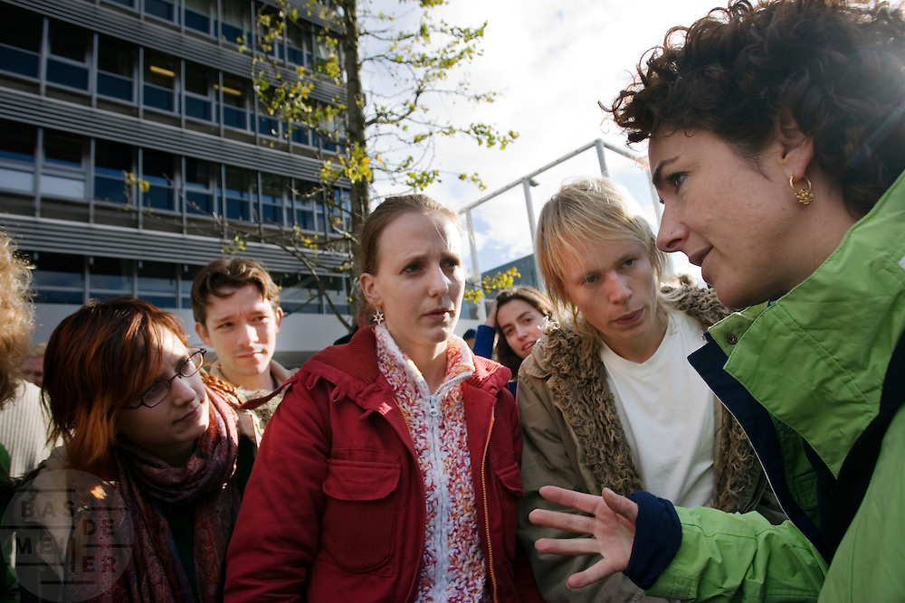 GroenLinks lijsttrekker Femke Halsema praat tijdens de verkiezingstournee met enkele studenten op het universiteitsterrein van Utrecht.<br /> <br /> GroenLinks party leader Femke Halsema in discussion with students during a campaign.