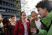 GroenLinks lijsttrekker Femke Halsema praat tijdens de verkiezingstournee met enkele studenten op het universiteitsterrein van Utrecht.<br /> <br /> GroenLinks party leader Femke Halsema in discussion with students during a campaign.