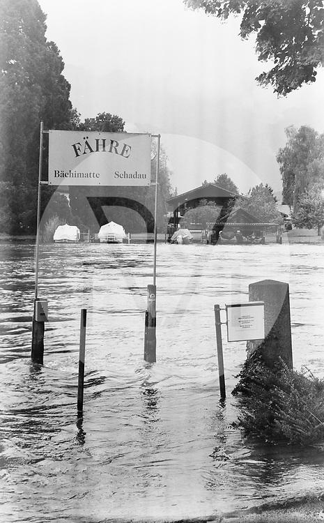SCHWEIZ - THUN - Hochwasser in der Aare bei der Fähre Scherzligen. Nach starken Regenfällen über mehrere Tage ist die Hochwassersituation am Thunersee angespannt, der Seespiegel ist auf 558,7 Meter über Meer angestiegen und an verschiedenen Stellen über die Ufer geschwappt. Dieses Bild wurde als analoge Mittelformat Aufnahme gemacht. - 16. Juli 2021 © Raphael Hünerfauth - https://www.huenerfauth.ch