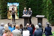 Kinderboekenschrijver Paul van Loon en prinses Laurentien presenteren in de Efteling het nieuwe boek De Sprookjessprokkelaar, een sprookjesboek dat ze samen hebben geschreven. <br /> <br /> Present Children's Writer Paul van Loon and Princess Laurentien in the new book The Sprookjessprokkelaar Efteling, a fairytale that they have written together.<br /> <br /> Op de foto / On the photo: <br /> <br />  Paul van Loon en prinses Laurentien van Oranje tijdens de presentatie