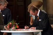 Viering van 200 jaar van het Koninkrijk der Nederland in Maastricht met ondertekening van het gastenboek in het stadhuis / Celebration of 200 years of the Kingdom of the Netherlands in Maastricht with signing the guest book at the Town Hall.<br /> <br /> op de foto / On the photo:  Groothertog Henri van Luxemburg / Grand Duke Henri of Luxembourg