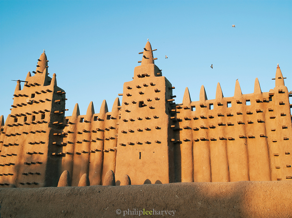 The Great Mosque of Djenné, the worlds largest mud built structure and UNESCO heritage site, early in the morning at Djenné, Mali