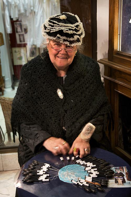 BÉLGICA / FLANDES / BRUJAS<br /> Mujer haciendo encaje de bolillos<br /> <br /> ©JOAN COSTA
