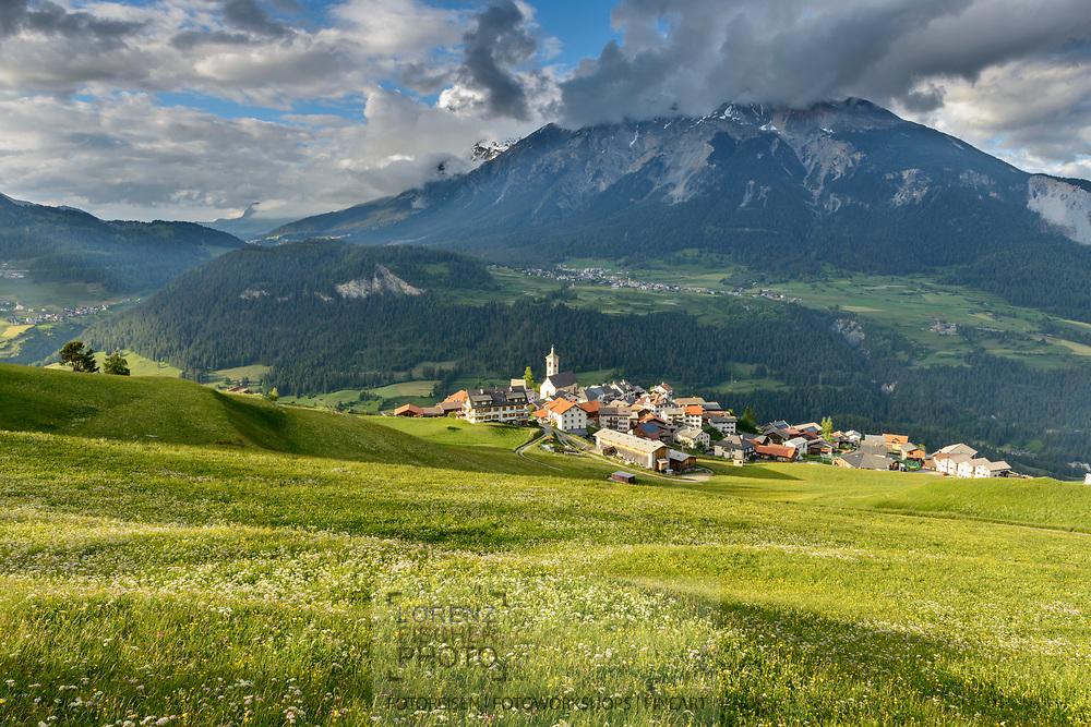 Impressionen beim Dorf Stierva mit Blick über Wiesen ins Untere Albulatal und in die Berge und nach Lenz und zum Lenzerhorn an einem wolkigen Frühlingsabend im Juni mit Streiflicht