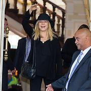 NLD/Amsterdam/20130606 - Barbra Streisand vertrekt bij haar hotel in Amsterdam met haar bodyuard naar haar concert in de Ziggodome - Barbra Streisand leaving her hotel in Amsterdam together with her bodyguard om her way to her concert