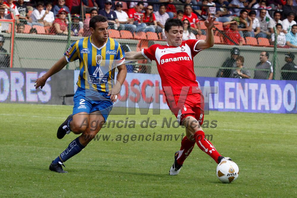 TOLUCA, México.- Héctor Mancilla y Anibal Matellán en el encuentro correspondiente a la jornada 15 del Torneo Apertura 2010, Toluca sufrió la derrota ante el equipo de San Luis con un marcador de 2-1. Agencia MVT / Crisanta Espinosa. (DIGITAL)
