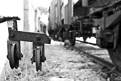 meccanismo che consentiva il sollevamento abbassamento delle barre del passaggio a livello attraverso un sistema di carrucole oggi in disuso.Reportage che racconta le situazioni che si incontrano durante un viaggio lungo le linee ferroviarie SUD EST nel salento.