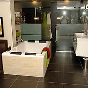 NLD/Eemnes/20060921 - Perspresentatie de Gouden Kooi, villa, badkamer, douche, bad,