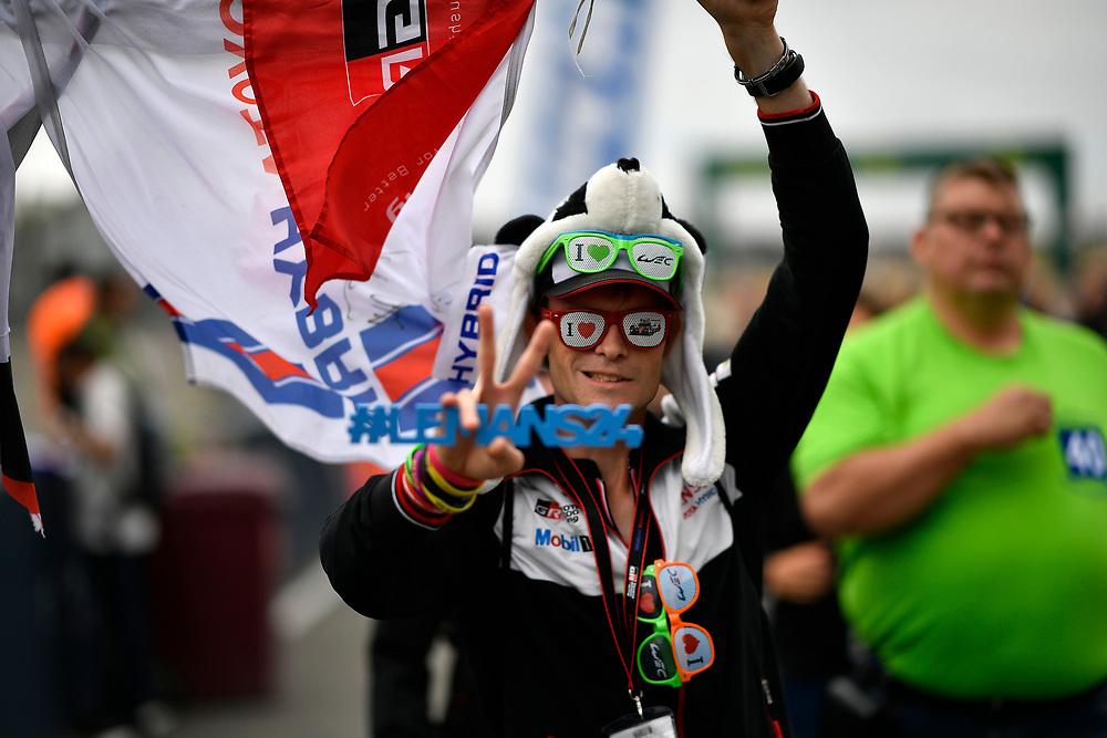 Fan during autograph session, atmosphere<br /> Tuesday 12 June 2018<br /> 24 Hours of Le Mans<br /> Verizon IndyCar Series<br /> Circuit de la Sarthe  FR<br /> World Copyright: Scott R LePage<br /> LAT Images