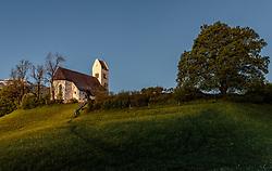 THEMENBILD - Die Kirche zum hl. Georg in der Morgensonne, aufgenommen am 18. Mai 2017, St. Georgen im Pinzgau, Bruck an der Grossglocknerstrasse, Österreich // The Church of St. Georg in the morning sun at St. Georgen im Pinzgau, Bruck an der Grossglocknerstrasse, Austria on 2017/05/18. EXPA Pictures © 2017, PhotoCredit: EXPA/ JFK