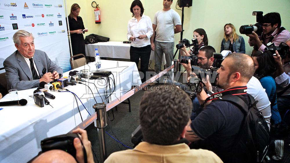 Escritor peruano Mario Vargas Llosa ganhador do Prêmio Nobel de Literatura 2010 no Hotel Intercity, em Porto Alegre. Llosa está em Porto Alegre para participar como conferencista do Fronteiras do Pensamento. FOTO: Jefferson Bernardes/Preview.com